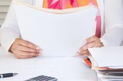 Persona en documentos de la lectura de Ministerio del Interior Imagen de archivo libre de regalías