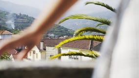 Persona en el balcón del chalet entre las colinas metrajes