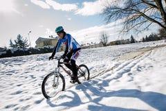 Persona en la montaña en la nieve Imágenes de archivo libres de regalías