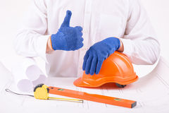Persona en los guantes protectores que muestran los pulgares para arriba Imagen de archivo libre de regalías