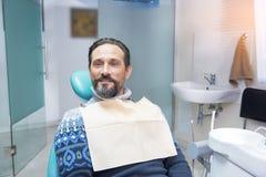 Persona en silla dental Imagen de archivo