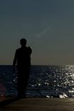 Persona en silueta en la pesca del embarcadero Fotos de archivo libres de regalías
