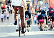 Persona en tráfico en la bici Fotos de archivo