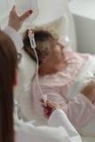 Persona enferma que recibe la medicación Foto de archivo