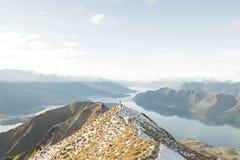 Persona entre las montañas foto de archivo