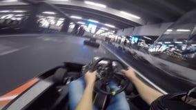 Persona excelente pov del hombre joven primera que conduce el coche del kart del ocio en la acción extrema karting del deporte de almacen de metraje de vídeo
