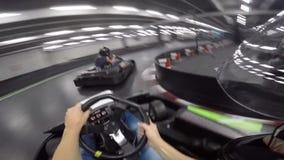 Persona fabulosa pov del hombre joven primera que conduce el coche del kart del ocio en la acción extrema karting del deporte de  almacen de metraje de vídeo
