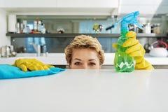 Persona femenina alegre en cocina Fotografía de archivo libre de regalías