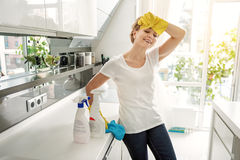 Persona femenina alegre en sitio del cocinero Fotografía de archivo libre de regalías