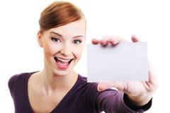 Persona femenina con la tarjeta de visita en blanco a disposición Fotografía de archivo