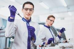 Persona femenina contenta que trabaja en laboratorio científico Fotografía de archivo