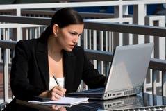 Persona femenina del asunto con el ordenador Imagen de archivo libre de regalías