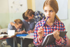 Persona femenina joven concentrada en la sala de clase Fotografía de archivo