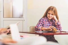 Persona femenina joven sonriente en sala de clase Fotografía de archivo