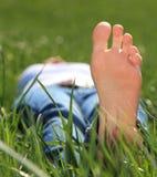 Persona femenina que se relaja afuera en el sol Fotos de archivo libres de regalías