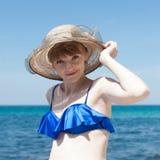 Persona femminile nel reggiseno blu di nuoto e vasto-bordo che posa con l'AR fotografie stock libere da diritti