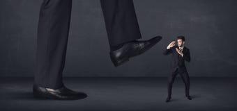 Persona gigante che fa un passo su un concetto del piccolo imprenditore Immagine Stock Libera da Diritti