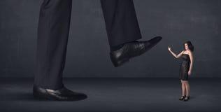 Persona gigante que camina en un pequeño concepto de la empresaria Imagenes de archivo