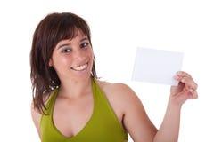 Persona hermosa de la mujer con la tarjeta de visita en blanco Fotografía de archivo libre de regalías