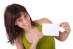 Persona hermosa de la mujer con la tarjeta de visita en blanco adentro Foto de archivo libre de regalías