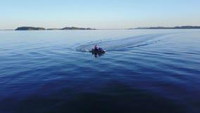 Persona hermosa de la opinión de la antena 4k que monta el pwc personal del jetski de la vespa del watercraft en horizonte sin fi almacen de metraje de vídeo