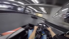 Persona impresionante pov del hombre joven primera que conduce el coche del kart del ocio en la acción extrema karting del deport metrajes