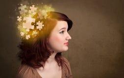 Persona joven que piensa con mente del rompecabezas que brilla intensamente Imágenes de archivo libres de regalías
