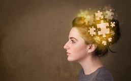 Persona joven que piensa con mente del rompecabezas que brilla intensamente Fotos de archivo