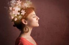 Persona joven que piensa con mente del rompecabezas que brilla intensamente Imagen de archivo libre de regalías