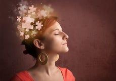Persona joven que piensa con mente del rompecabezas que brilla intensamente Fotos de archivo libres de regalías