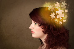 Persona joven que piensa con mente del rompecabezas que brilla intensamente Imagenes de archivo