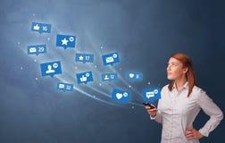 Persona joven usando el tel?fono con concepto social de los medios imagen de archivo libre de regalías