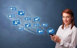 Persona joven usando el tel?fono con concepto social de los medios fotografía de archivo