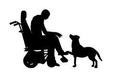 Persona lisiada en sillón de ruedas y perro Imagen de archivo