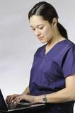 Persona médica asiática con el ordenador. Imagenes de archivo