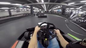 Persona maravillosa pov del hombre joven primera que conduce el coche del kart del ocio en la acción extrema karting del deporte  almacen de video