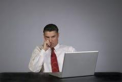 Persona maschio di affari che sembra seria fotografie stock libere da diritti