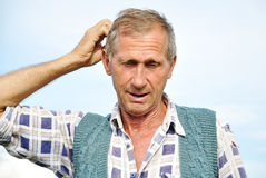 Persona maschio invecchiata centrale con i gesti interessanti Immagine Stock Libera da Diritti