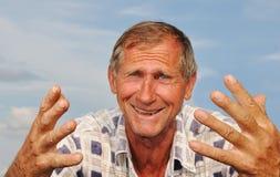Persona maschio invecchiata centrale con i gesti interessanti Immagini Stock Libere da Diritti