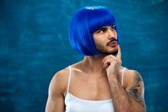 Persona masculina atractiva de la preparación cruzada en peluca azul Foto de archivo libre de regalías