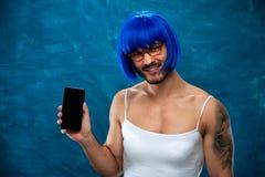 Persona masculina del transexual divertido en la presentación de los vidrios Imágenes de archivo libres de regalías