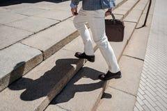 Persona masculina elegante que camina arriba fotos de archivo libres de regalías