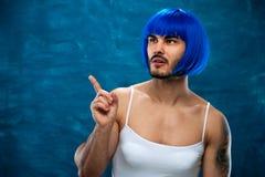Persona masculina joven de la preparación cruzada que lleva la peluca azul Fotografía de archivo
