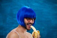 Persona masculina joven de la preparación cruzada que lleva la peluca azul Imagenes de archivo