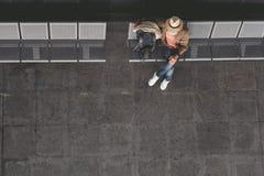 Persona masculina madura que localiza en aeropuerto foto de archivo