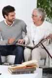 Persona mayor que mira las fotos fotografía de archivo libre de regalías