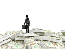 Persona minúscula que se coloca en una pila de dinero Fotografía de archivo libre de regalías