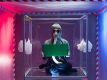 Persona nella barriera di sicurezza che tiene bordo verde Immagine Stock