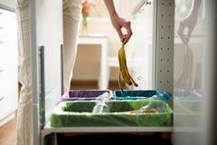 Persona nella cucina della casa che separa spreco Fotografia Stock Libera da Diritti