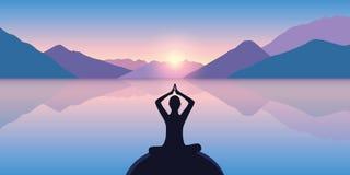 Persona nella posa di meditazione su un mare calmo con un bello Mountain View illustrazione vettoriale